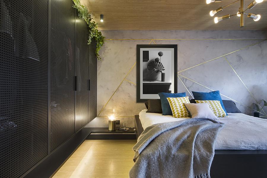 Dormitorio moderno con armario empotrado con frentes de mimbre metálico pintado