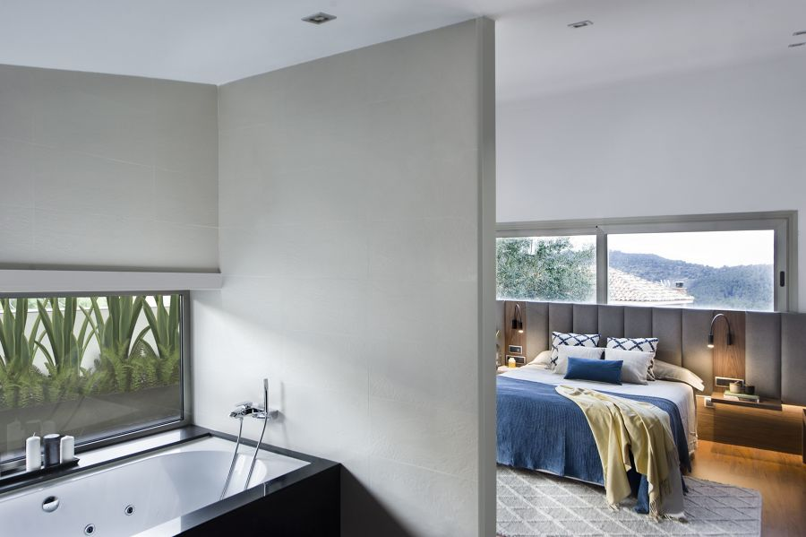 Dormitorio moderno con baño