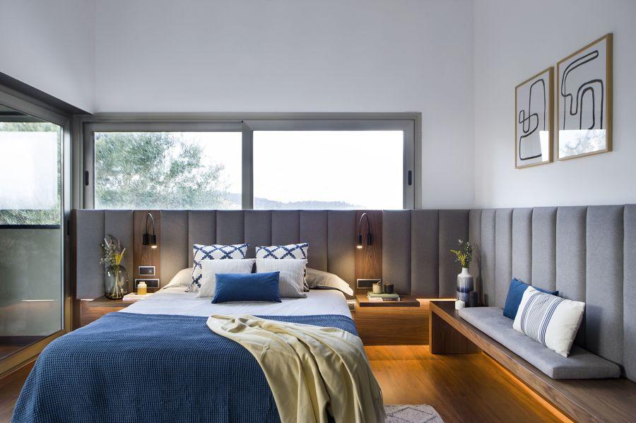 Dormitorio moderno con cabecero tapizado a medida.