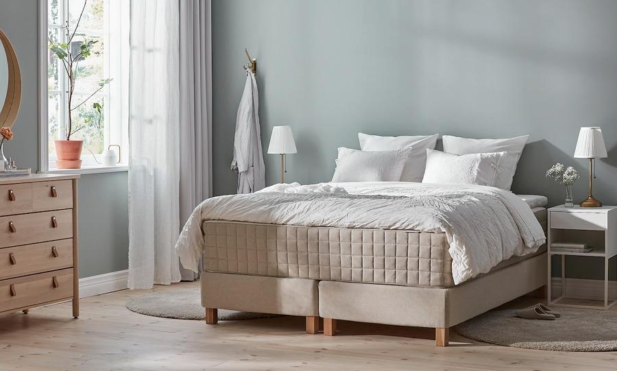 Dormitorio moderno con cama y colchón de IKEA.