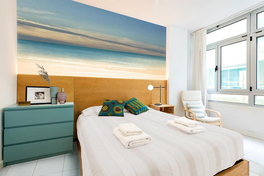 Dormitorio moderno con cómoda pintada de azul