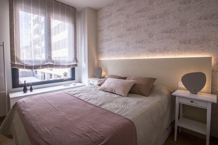 Dormitorio moderno con papel pintado e iluminación LED