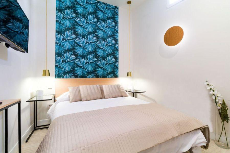 Dormitorio moderno con papel pintado en cabecero