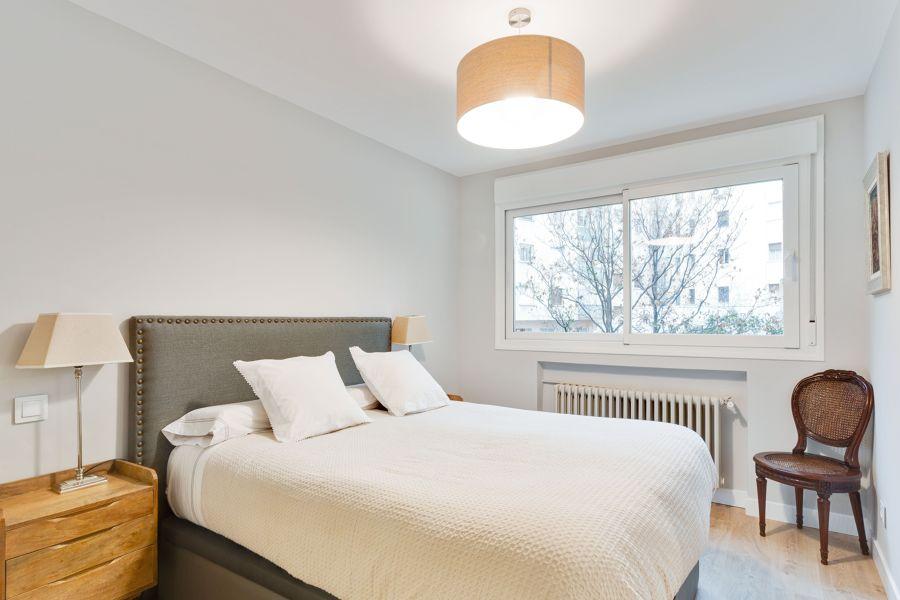 Dormitorio moderno con pared blanca