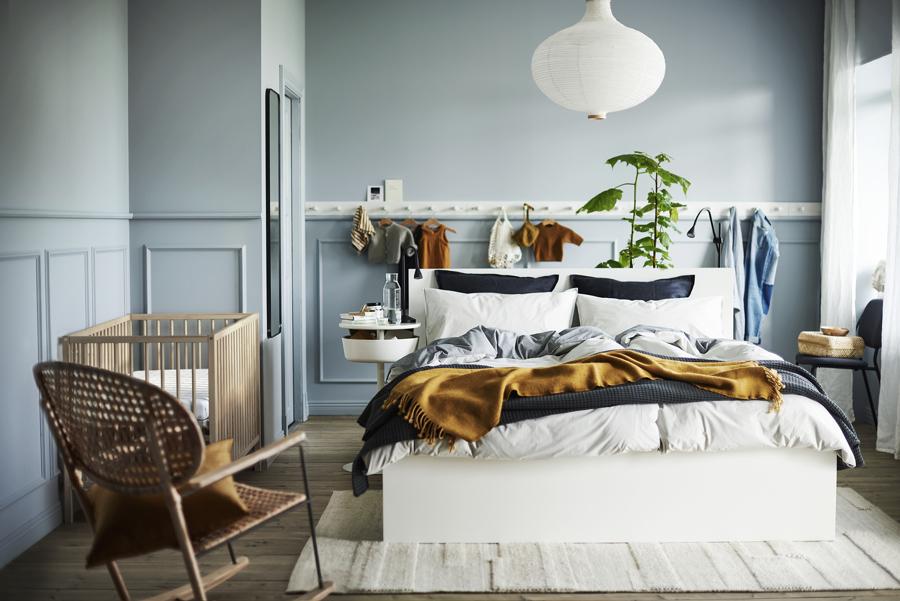 Dormitorio moderno con ropa de cama de IKEA.