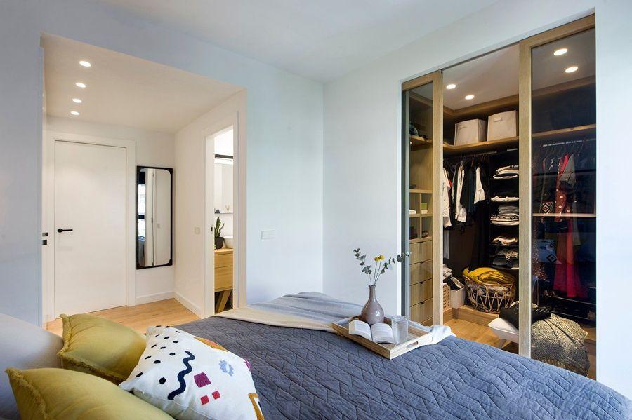 Dormitorio moderno con vestidor