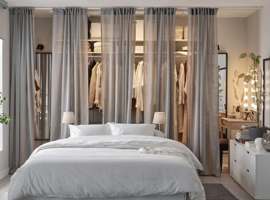 Dormitorio moderno con vestidor al fondo y colchón de IKEA