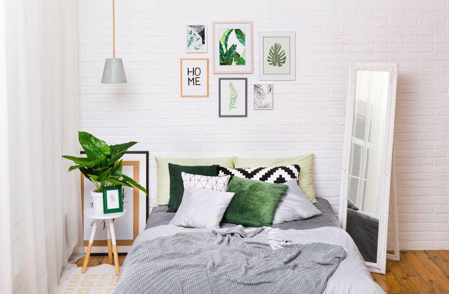 Dormitorio nórdico con cojines estampados