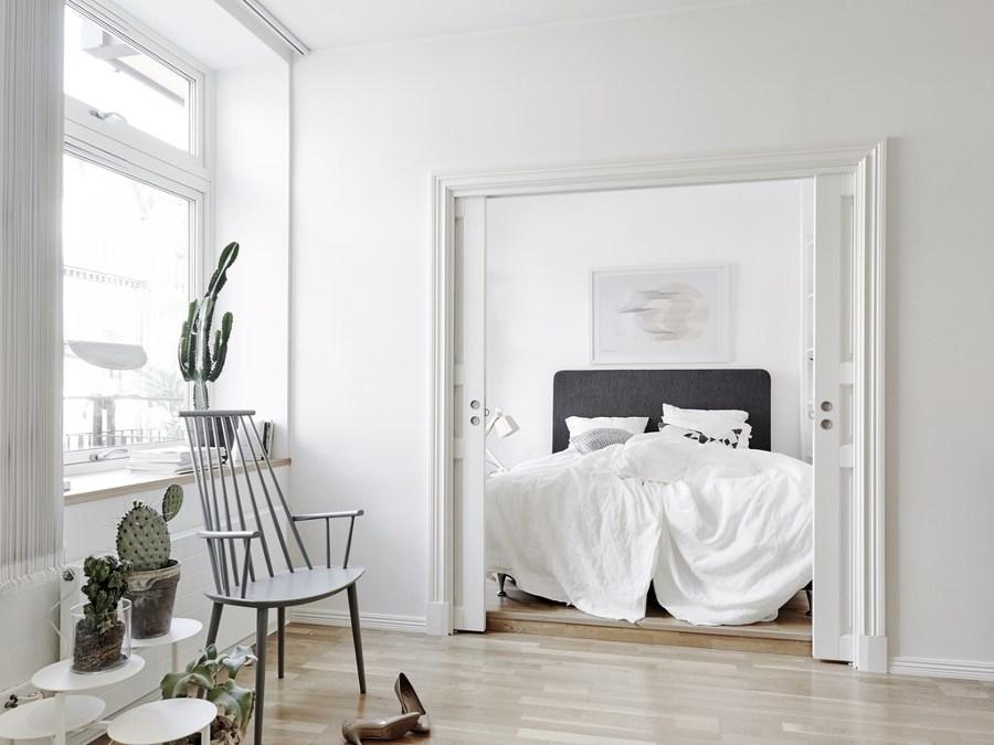 Dormitorio nórdico con puerta corredera