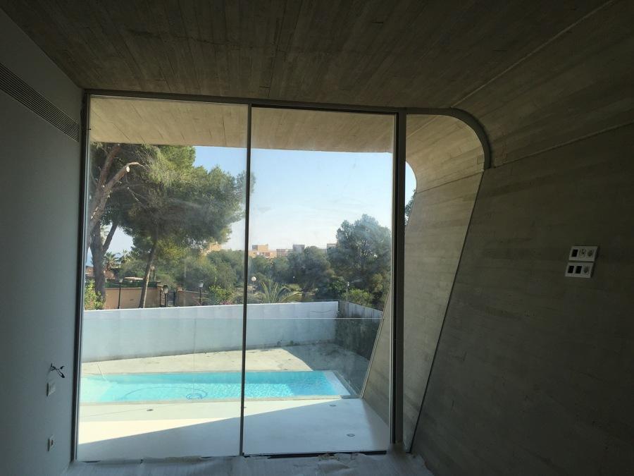 Dormitorio principal acabado interior hormigón - vidrio