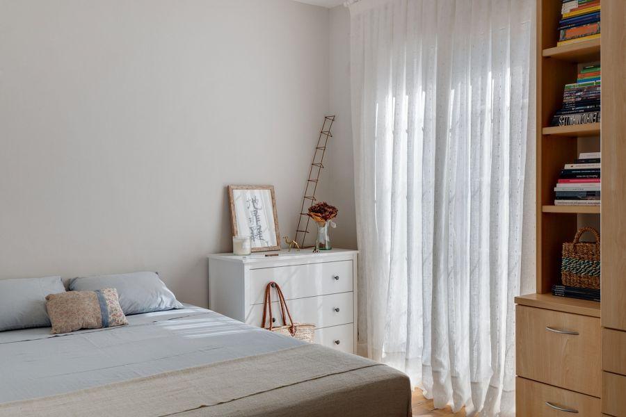 Dormitorio principal con cortinas