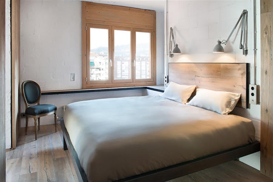 Foto dormitorio principal con tarima de madera maciza de for Dormitorio moderno de madera maciza