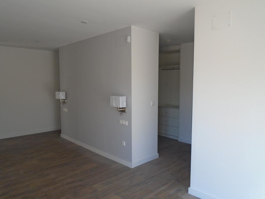 Dormitorio principal con vestidor detrás del cabecero