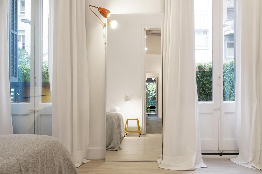 Dormitorio principal que conecta con el patio a pie de calle