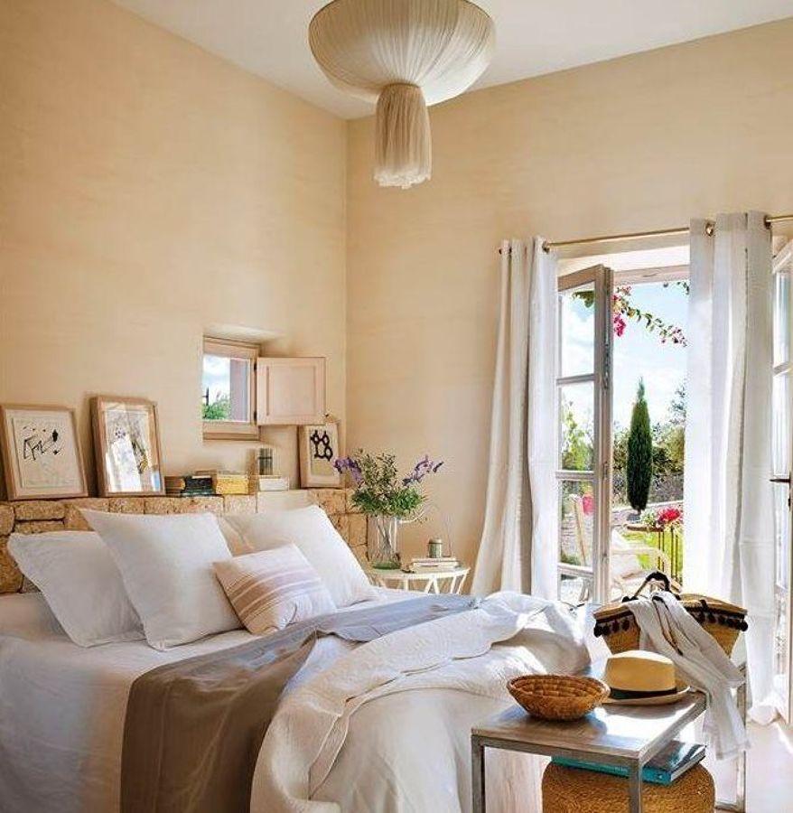 dormitorio provenzal con cabecero de piedra