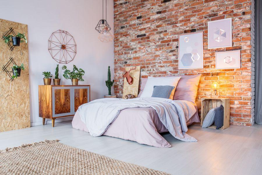 Dormitorio rústico con papel pintado en el cabecero