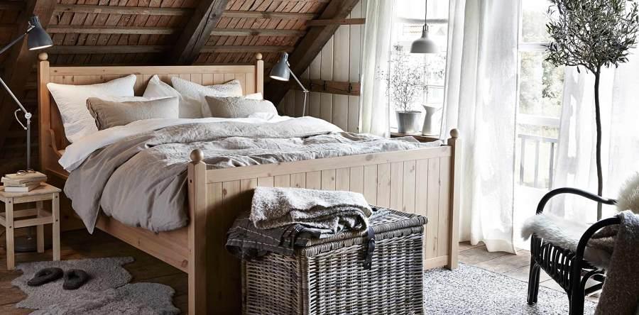 Dormitorio rústico con techo abuhardillado