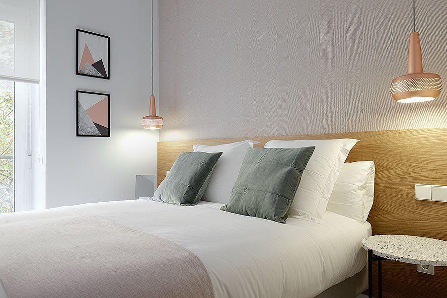 Dormitorio sencillo con cabecero de madera