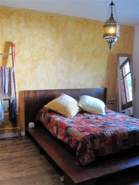 Dormitorio terminado, suelo parquet y pared decorada