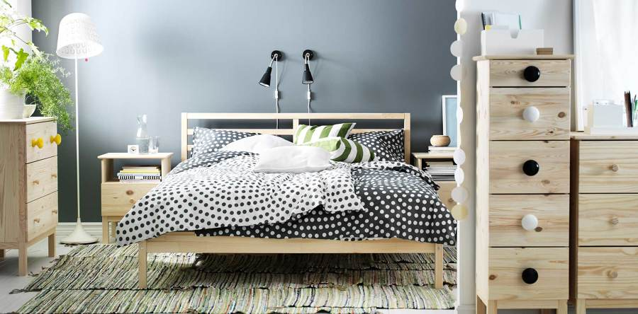 Dormitorio urbano con muebles de pino