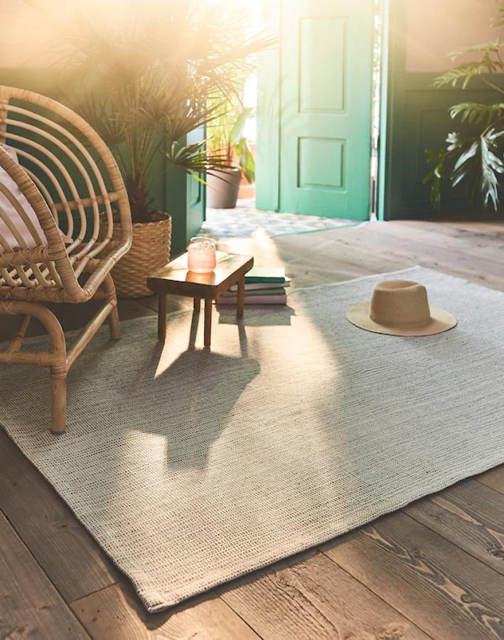Dormitorio veraniego con alfombra de verano de IKEA.