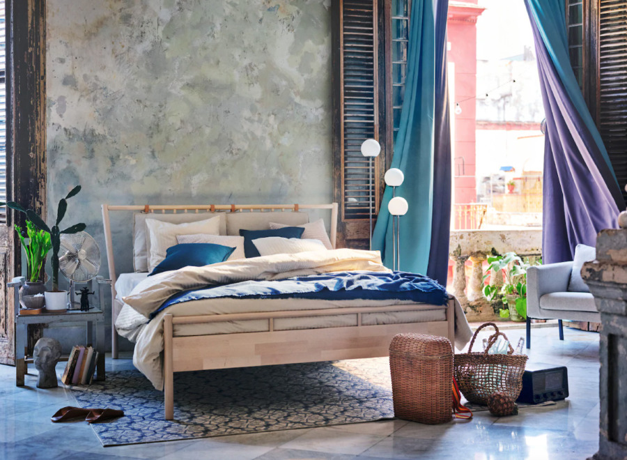 Dormitorio veraniego con ropa de cama de algodón