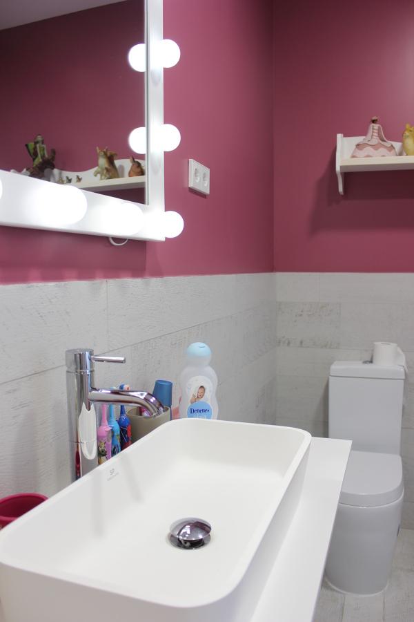 Dormitorios infantiles, revestimiento, lavabo krion, griferia y sanitarios