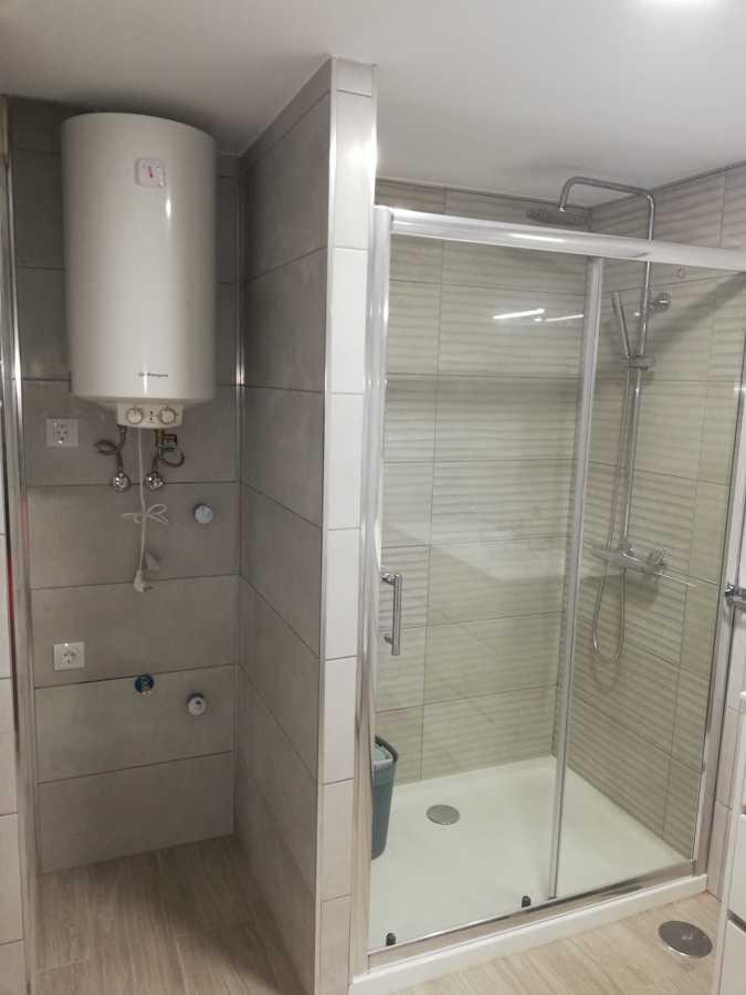 ducha ,calentador de agua y zona lavadora