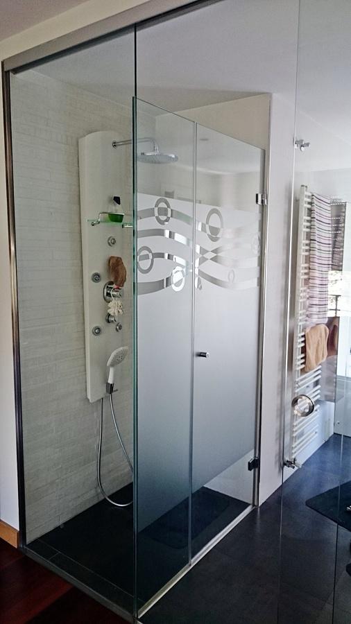 Ducha integrada al frontal de cristal de acceso al baño