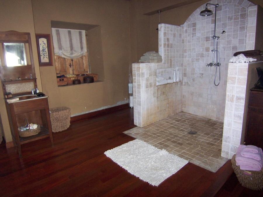 Ducha realizada en mármol traventino