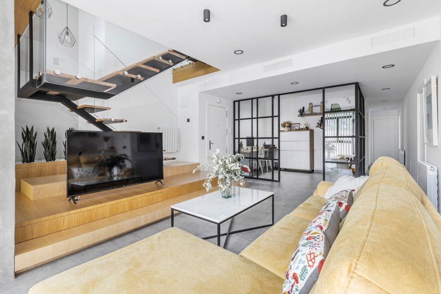 Duplex y salón con mueble para televisión