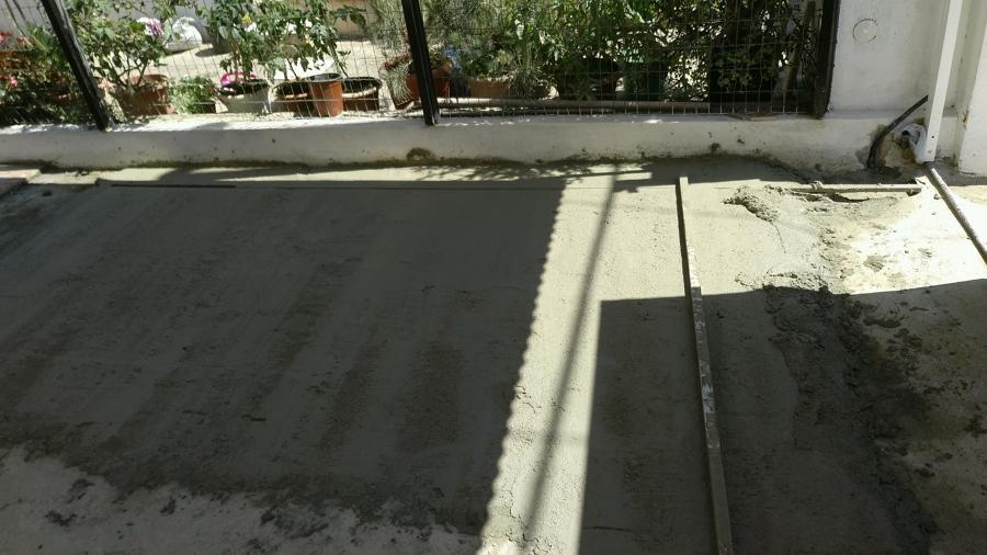 Echamos hormigón para nivelar pavimento y a continuación se enracholara