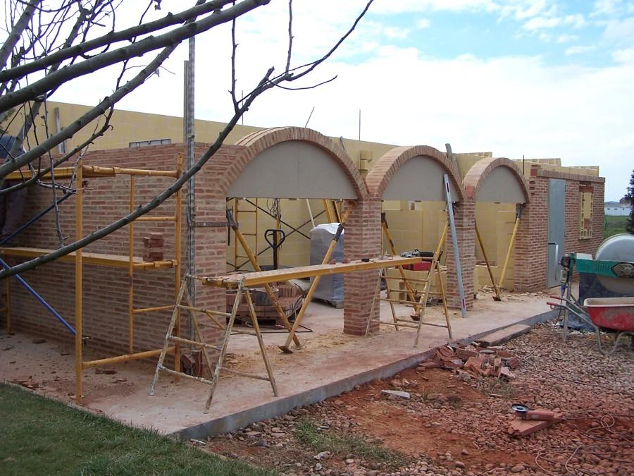 Foto edificacion con arcos ladrillo de construcciones for Arcos de ladrillo rustico