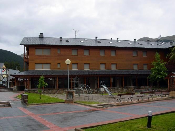 """Edifici plurifamiliar, locals i aparcaments. """"Urbanització Supermolina"""" a la Molina."""