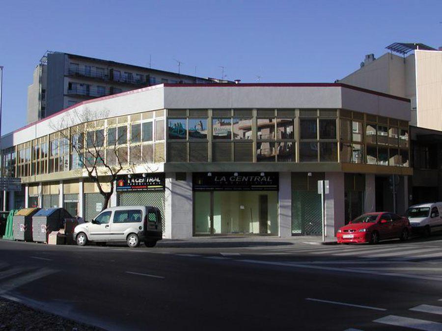 Edificio comercial de oficinas y locales comerciales con aparcamiento.