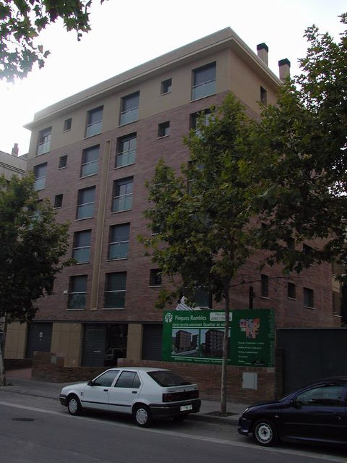 Edificio de viviendas con aparcamiento.