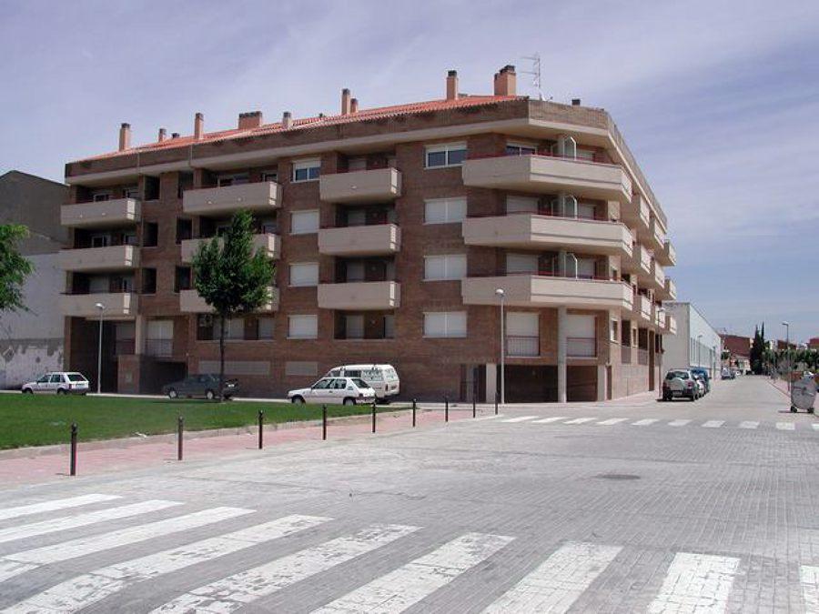 Edificio de viviendas y aparcamiento.