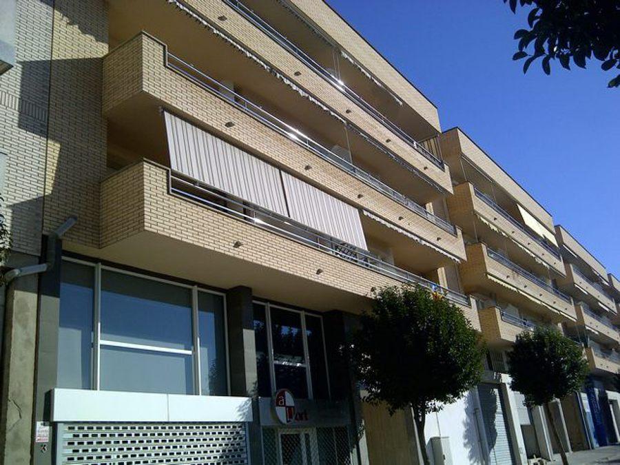 Edificio de viviendas y locales comerciales.