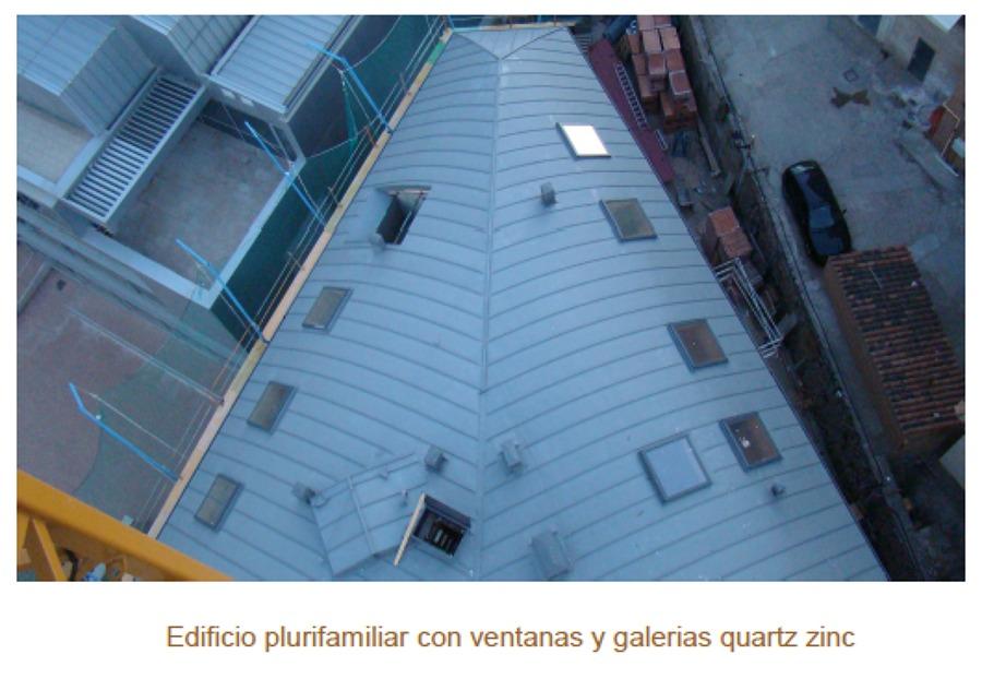 Edificio plurifamiliar con ventanas y galerias quartz zinc