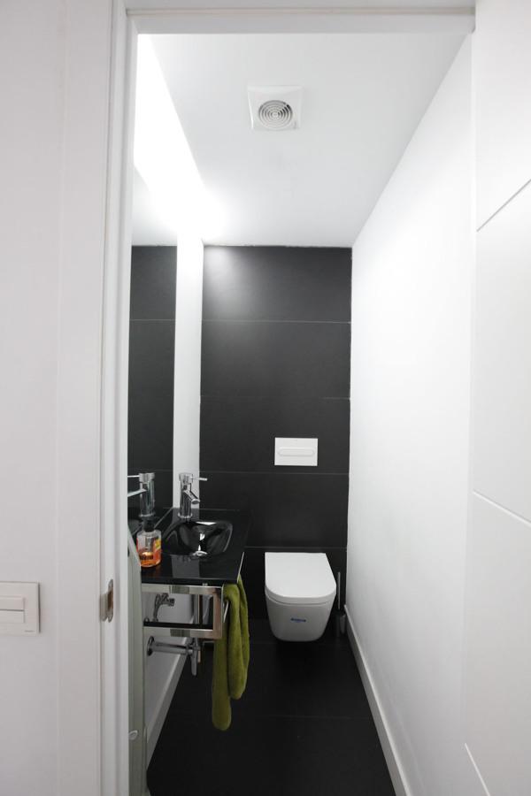 El aseo adicional con frente oculto para contador y productos de limpieza