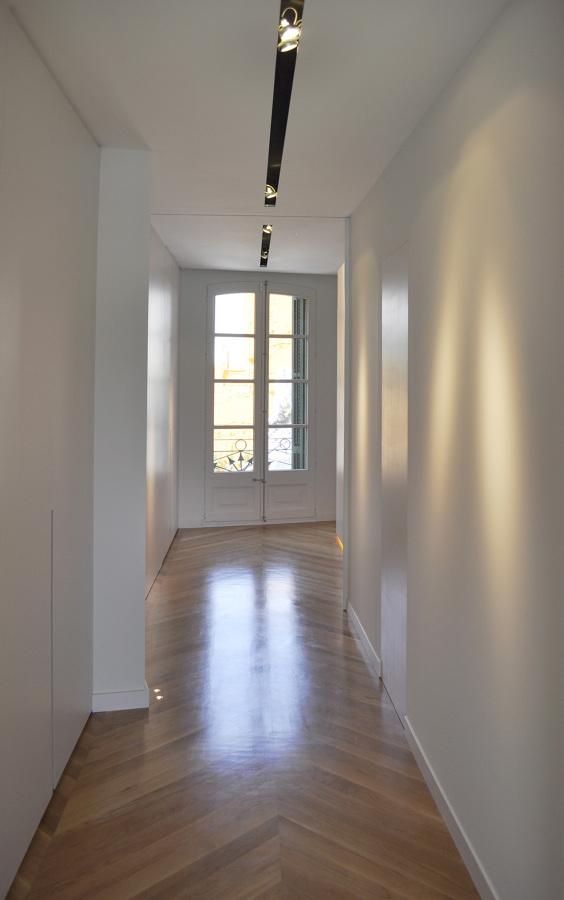 El corredor con piso de madera