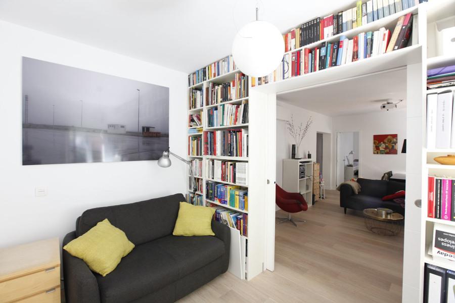 El estudio, mirando hacia el salón, separados con pared librería