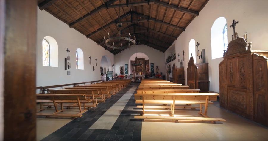 El interior de la iglesia de San Tirso en Palas de Rei sin humedades
