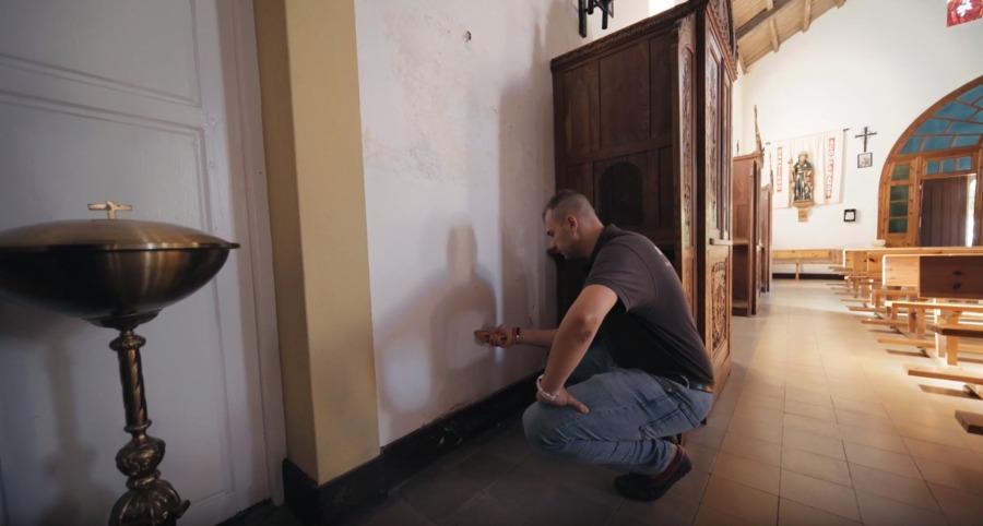 El técnico de Murprotec haciendo comprobaciones en los muros y paredes de la iglesia