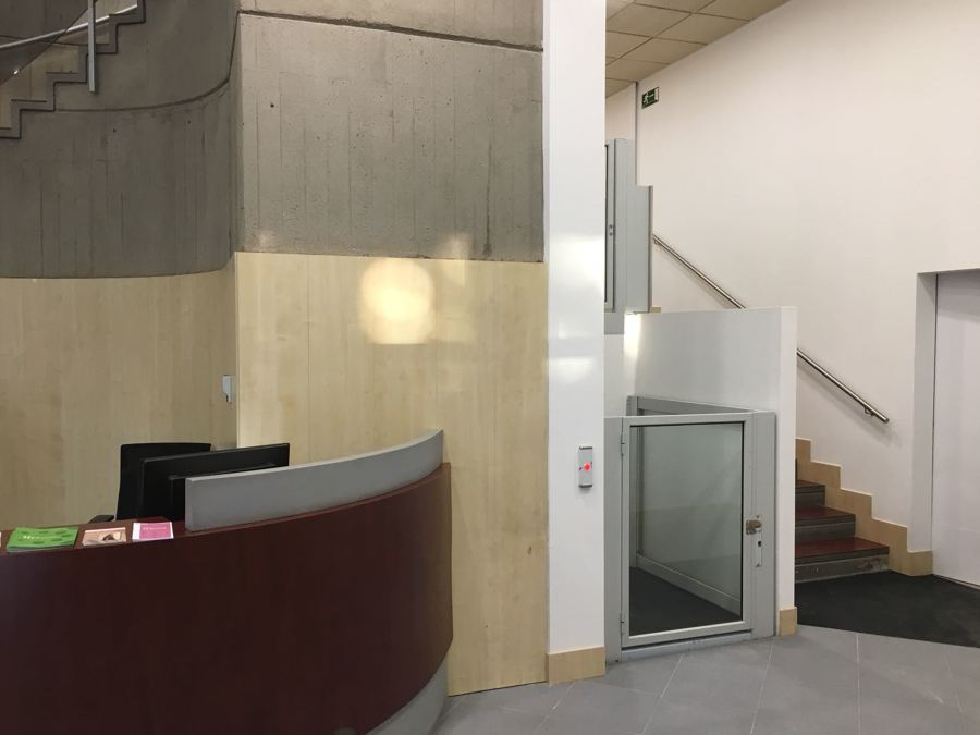 Elevador vertical en oficina