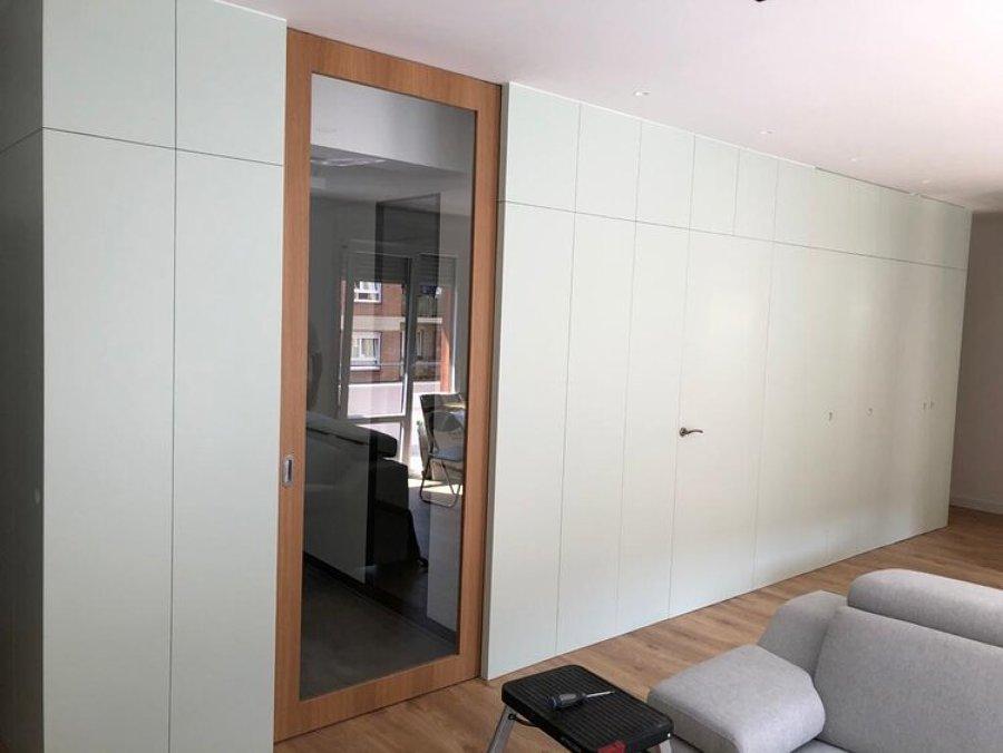 Empanelado madera lacada con puerta corredera