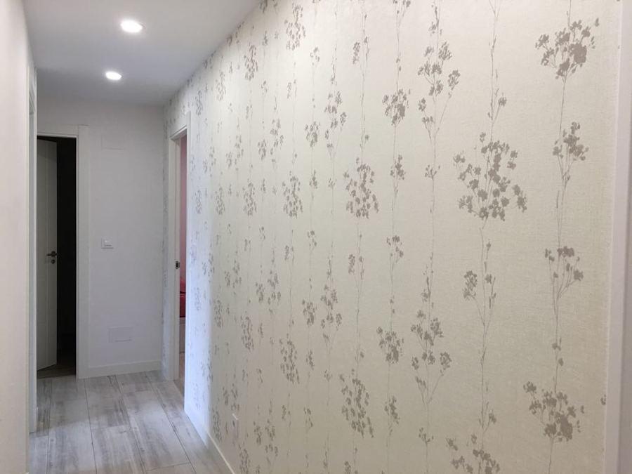 Empapelado de pared en pasillo, pasteado de toda la vivienda, instalación de leds.