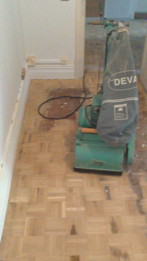 empezando a acuchillar piso