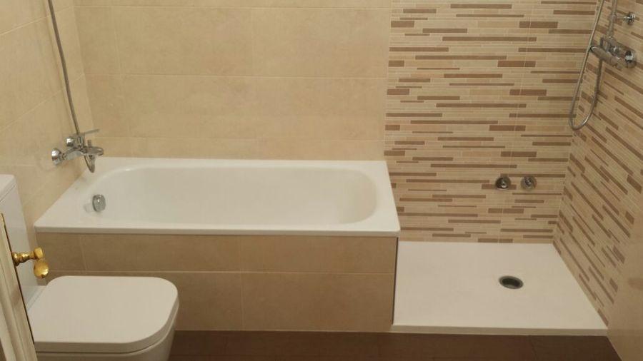 en la zona baja de la bañera se coloco un esquinal de acero