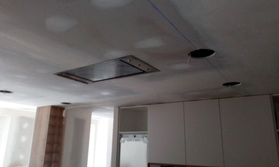 Encastrado de campana en isla de cocina en falso techo de pladur